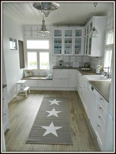 Country house in Myllyha: Looking into the kitchen. - Sarah Country house in Myllyha: Looking into the kitchen. Shabby Chic Kitchen, Country Kitchen, Kitchen Decor, Interior Design Kitchen, Room Interior, Cozy House, Home Kitchens, Kitchen Remodel, Sweet Home