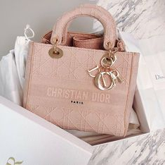 Uploaded by Find images and videos about luxury, bag and dior on We Heart It - the app to get lost in what you love. Dior Handbags, Fashion Handbags, Purses And Handbags, Fashion Bags, Emo Fashion, Fashion Women, Dior Purses, Club Fashion, Burberry Handbags
