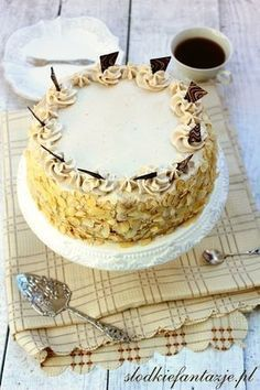 Banalny w przygotowaniu, pyszny, mocno wilgotny tort o wyraźnym smaku cappuccino.
