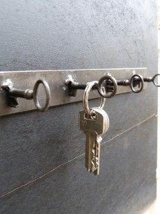 Voici la création d'un porte clés murale en métal avec des clés.  Il se fixe sur un mur à l'aide de vis, grâce au deux trous a chaque extrémité.  Les dimensions sont le - 4788697