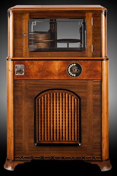 Photographs of the jukebox collection at the Blackhawk Museum in Danville, California. Vintage Records, Vintage Music, Radios, Radio Antigua, Vintage Stoves, Antique Radio, Record Players, Music Radio, Electronics Gadgets