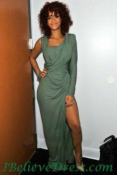 2010 American Music Awards-Best R B Femal Trophy November L A Rihanna Grey Gown, Rihanna Riri, American Music Awards, Celebs, Celebrities, Pretty Dresses, Long Dresses, Maxi Dresses, Evening Gowns
