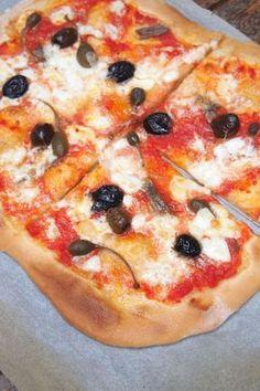 Rien de meilleur qu'une pizza maison, et contrairement à ce que l'on pense c'est très simple à faire et la pate est tellement meilleur que celle des industriel. Pour avoir une belle pate gonflée et colorée il y a juste un petit coup de main qui consiste à la déposer sur une plaque déjà chaude Continue Reading Pizza Paris, Pizza Taco, Pizza Legume, Pizza Sandwich, Pizza Recipes, Street Food, Vegetable Pizza, Meal Planning, Nutrition