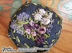 BRODERIE AU RUBAN : biscornu en fleurs 2