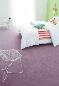 Creëer sfeer door in tapijt en op één muur kleur toe te passen. #Belakos flooring