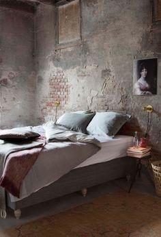 Donkere industriële slaapkamer met kussens en plaids | Dark industrial bedroom…