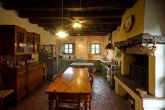#Cucina rustica con tanto di #caminetto. #ville #brescia
