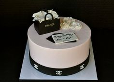 Chanel-inspired birthday cake from last weekend! Pumpkin spice cake filled with cream cheese icing, finished with vanilla buttercream Chanel Birthday Cake, Cute Birthday Cakes, Birthday Cakes For Women, Fondant Flower Cake, Fondant Cakes, Fondant Bow, Fondant Tutorial, Fondant Figures, Cupcakes