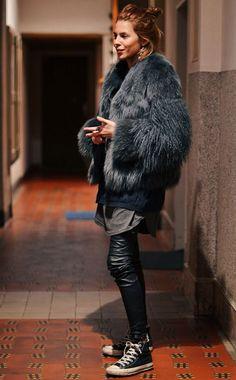 Maja Wyh usa faux fur coat, t-shirt oversized, calça de couro e tênis all star.