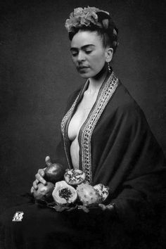 Frida Kahlo Photograph by: (?) Frida Kahlo Photograph by: (? Frida Kahlo Artwork, Frida Kahlo Portraits, Kahlo Paintings, Frida Art, Frida Y Diego Rivera, Frida And Diego, Simple Portrait, Mexican Artists, White Photography