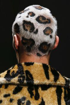 Model Joo Knorr wears leopardprint hair on Versace runway Shaved Head Designs, Leopard Print Hair, Buzzed Hair, Shave My Head, Runway Hair, Shaved Hair, Grunge Hair, Hair Art, Mode Style