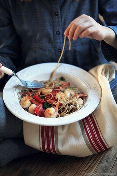 Makaron w 20 minut: Soba z pieczoną papryką i krewetkami | White Plate