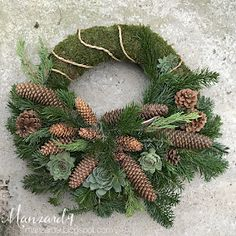 DIY koszorú mindenszentekre - leírással I Manzard9 Outdoor Christmas Tree Decorations, Christmas Wreaths, Holiday Decor, Flower Factory, Corona Floral, Cemetery Decorations, Advent Wreath, Funeral Flowers, How To Make Wreaths