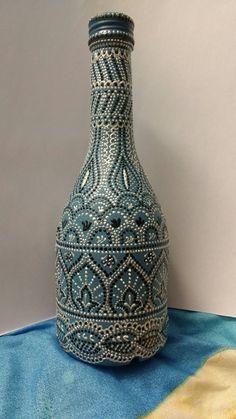 Puntillismo Painted Glass Bottles, Glass Bottle Crafts, Wine Bottle Art, Diy Bottle, Painted Wine Glasses, Spoon Art, Vase Crafts, Jar Art, Dot Art Painting