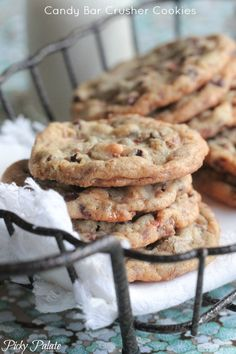 Candy-Bar-Crusher-Cookies - Picky Palate (use up that leftover Halloween candy! Candy Bar Cookies, Cookie Brownie Bars, Cookie Desserts, Yummy Cookies, Just Desserts, Delicious Desserts, Yummy Food, Candy Bars, Cookie Crunch