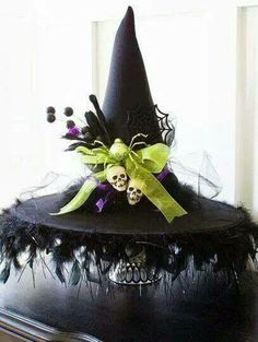 DIY Halloween Witch Hat ~ love the tablecloth (black sateen w/ black boas) Décoration Table Halloween, Fröhliches Halloween, Homemade Halloween Decorations, Halloween Witch Hat, Holidays Halloween, Witch Hats, Diy Witch Hat, Homemade Witch Costume, Diy Hat