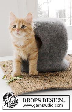 The Cat Cave / DROPS Extra 0-1381 - Tovat hus och bollar till katt, stickat i DROPS Eskimo.