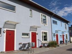 P-märkta Serporoc-fasader på radhuslänga i Lomma Strandstad, Öresund