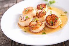Le capesante o pettini di mare hanno una carne delicata che si presta a molte ricette: ecco come sceglierle, pulire, cucinarle e mangiarle.