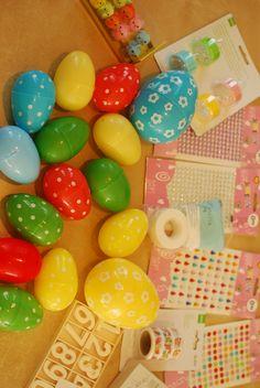 Fijn, de Hema heeft weer plastic eieren te koop. Ze zijn er in neutrale kleuren en met stippels. Daar kun je zo veel leuke activiteiten mee doen! 21 keer spelen met plastic eieren Ik kocht bij de Hema nog wat andere spulletjes om in combinatie met de eieren te spelen, zoals gekleurde led theelichtjes, washi tape …