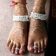 Our entertaining close associated with this season's sexiest rearfoot band tatto patterns for girls. Payal Designs Silver, Silver Anklets Designs, Silver Payal, Anklet Designs, Mehndi Designs, Foot Jewelry Wedding, Bridal Jewellery, Toe Ring Designs, Ankle Jewelry