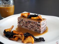 Terrina de carrilleras de cerdo, previamente estofadas con verduras, y duxelle de setas, pie de cerdo y butifarras.