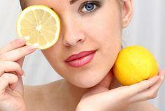 CITRON DE BEAUTE - En utilisation externe, le citron combat les rides du visage et les tâches sur les mains. Il assouplit la peau et la tonifie. Astringent et antibactérien, il assèche les boutons disfracieux et resserre les pores. Diluez son jus dans de l'eau de source (moitié d'eau, moitié jus). Conditionnez votre lotion dans une bouteille spray et vaporisez-la sur un coton pour en facilitez l'application. Conservez-la au frais et utilisez-la rapidement.