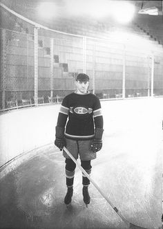 Aurèle Émile Joliat - Montreal Canadiens - The Forum - HockeyGods strives to untie hockey fans from across the globe covering all types of hockey imaginable. Montreal Canadiens, Hockey Teams, Ice Hockey, 1920s, Hockey Hall Of Fame, Tim Hortons, Sports Pictures, Historical Photos, Nhl