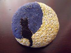 月とネコのブローチの作り方|刺繍|編み物・手芸・ソーイング|アトリエ|手芸レシピ16,000件!みんなで作る手芸やハンドメイド作品、雑貨の作り方ポータル