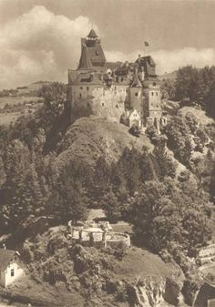 The first known photo of Bran castle, also known as Dracula?s castle, 1909 Famous Vampires, Dracula Castle, Beautiful Castles, My Fantasy World, Kirchen, Eastern Europe, Vintage Photographs, Vintage Photos, Old Photos