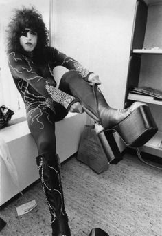#Kiss Paul Stanley backstage with his 7 inch....leather heels! #paulstanley