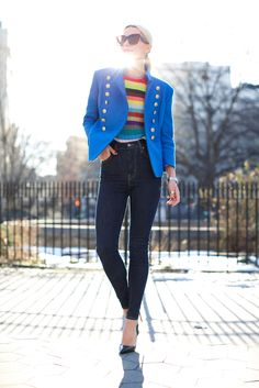 Rainbow Striped Top With Blue Blazer And High Waist Jeans 2017 Street Style How To Wear High Waisted Jeans, High Waist Jeans, Striped Jeans, Striped Knit, Blue Jeans, Jessica Alba, Atlantic Pacific, Pacific Blue, Zapatos