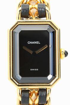 CHANEL Premiere  CHANEL Premiere 129600 人気の高いCHANEL Premiare 特別価格12万円(税抜)でのご紹介です 独自のデザインと伝統を受け継いだ事で生まれた シャネルの代表的な時計Premiere(プルミエール) シャネルの象徴的な香水N5のボトルのシルエットと ヴァンドーム広場の幾何学的なスタイルが融合したモデルは シャネルのアイコン的存在です!! アクセサリーのようなデザインがとても可愛く ギフトとしても大変人気がある一品です デイリー使いはもちろんドレスアップしたいときにも 素敵な腕元を演出してくれます ゴールドカラーとブラックの組み合わせがクラシックでおしゃれな逸品です パーティーシーンにアクセサリー兼腕時計として デニムなどのカジュアルスタイリングのアクセントとして スタイリングのお供にいかがでしょうか 12万円(税抜)の特別価格でのご用意は本数限定になります!! 是非お早めにお求めください HIROBでの1年間の保証がついています オーバーホール済みの商品です ムーブメント電池式 素材ゴールドメッキレザー…