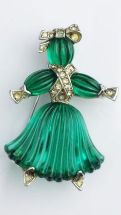 Trifari-Alfred-Phillippe-Emerald-Green-carved-Girl-Brooch-Rhinestones-1949