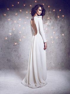 Bonito vestido de novia de Beba's Closet para boda de invierno. Vestido de manga larga con pedrería y espalda escotada.
