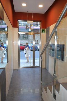 Diseño para la instalación de ascensor y eliminación de barreras arquitectónicas del nuevo portal en Amaya 34 por Monente Arquitectura inspirado en Carolina Herrera, Pamplona
