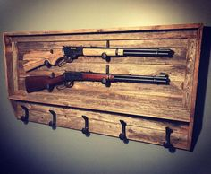 Vintage and retro decor: know 60 ideas to decorate with this style - Home Fashion Trend Revolver, Wood Gun Cabinet, Hidden Gun Cabinets, Cowboy Hat Rack, Rifle Rack, Bow Rack, Rustic Coat Rack, Gun Rooms, Railroad Spikes