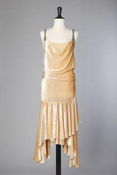 Robe 1925 en velours de soie rose griffée Molyneux 20s Dresses, Vintage Dresses, Dress Outfits, Molyneux, 1920s Dress, Roaring Twenties, Beautiful Dresses, White Dress, Vintage Fashion