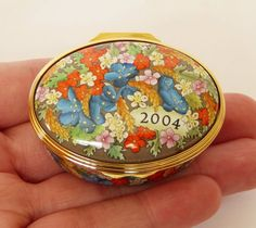Boxed HALCYON DAYS Enamels 2004 YEAR To REMEMBER Oval TRINKET Pill POT Patch BOX