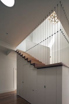 Image 7 of 9 from gallery of Abbotsford Residence / Chan Architecture. Photograph by Folded Bird Photography (Brendan Finn) Open Stairs, Under Stairs, Wood Stairs, Railing Design, Staircase Design, Stair Design, Interior Stairs, Interior And Exterior, Architecture Design