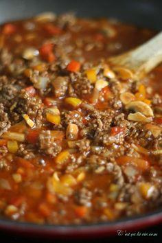 Le pâté chinois est un bon plat traditionnel. Bien que réconfortant, je trouve qu'il peut parfois manquer de saveurs et de piquant! Alors, un jour, j'ai décidé d'y ajouter des ingrédients et voici le résultat...C'est maintenant notre recette de pâté chinois réinventé maison et toute la famille en raffole! À vous maintenant de le découvrir Pie Recipes, Cooking Recipes, Healthy Recipes, How To Cook Beef, Cordon Bleu, Ground Beef Recipes, Main Dishes, Food And Drink, Soup