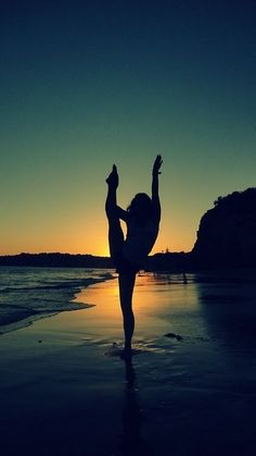 Pretty Silhouette beach dancer #gymnast #legmount #split