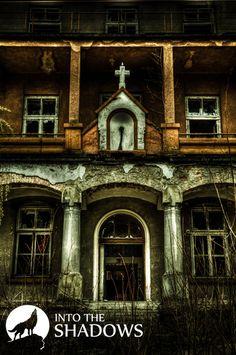 Opuszczony szpital miejski 'NT': Stary szpital miejski położony na obrzeżach miasta. Jest to duży kompleks kilku budynków. Nad głównym wejściem możemy zobaczyć charakterystyczny krzyż.