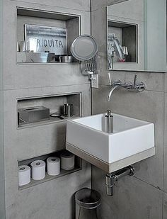 Tällainen seinään upotettu hylly suihkun ja kylpyammeen väliin (mahdollisesti osa hyllyistä toisella ja osa toisella puolella) olisi todella hieno idea