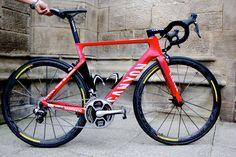 Beim Canyon Aeroad CF SLX standen vor allem zwei Schwerpunkte auf dem plan: Gewichtsoptimierung und Aerodynamik.  Beim Aeroad kommen auch die schon bekannten Trident 2.0 Rohrprofile zum Einsatz, die man schon von den TT-Modellen kennt. In Kombination mit der Gewichtskonzeption und den Komfortmerkmalen des CF SLX entstand das Aeroad. http://roadcycling.de/rennrad-ausruestung/rennrad-news/profi-bikes-technik/canyon-aeroad-cf-slx-alexander-kristoffs-tour-rad