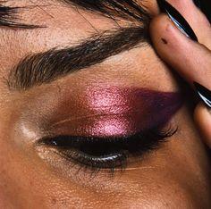 Maquillage rose et violet esprité chromé/métallique   Pour plus d'astuces beauté, rendez-vous sur notre site ( https://www.beautiful-box.com/ ) et page facebook ( https://www.facebook.com/chaineBeautifulbyaufeminin )
