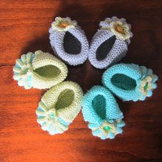 This is not my original design, but I've moulded it from another, translated pattern. I've added bottoms to these baby booties, so that they fit better and look cuter.