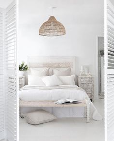 Living inspiration: a pure white bedroom - Eigen Huis en Tuin, A romantic bedroom does not have to be sleek and modern at all, as this romantic flea bedroom proves. Bedroom Night, Home Bedroom, Modern Bedroom, Bedroom Decor, Bali Bedroom, Ivory Bedroom, Bedroom Ideas, Peaceful Bedroom, Natural Bedroom