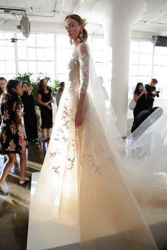 Romance sempre em alta para as noivas mitológicas da Marchesa - Vogue | Desfiles