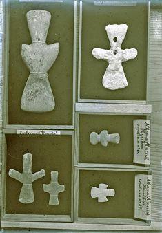 Ídolos de piedra localizados por el arqueólogo Juan Cabré Aguiló (1882-1947) en Tabernas y Alhama (Almería).  La fotografía fue realizada por el propio arqueólogo en fecha indeterminada, entre 1908 y 1947.  Es un negativo fotográfico (vídrio-gelatina) de 13x18 cm.